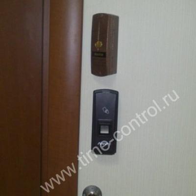 Монтаж биометрического терминала на дверь