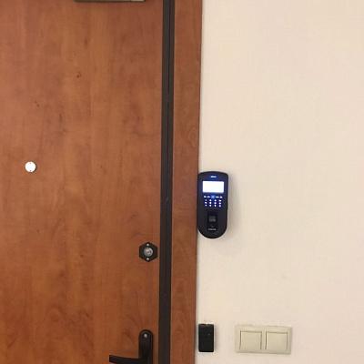 Монтаж биометриии на дверь