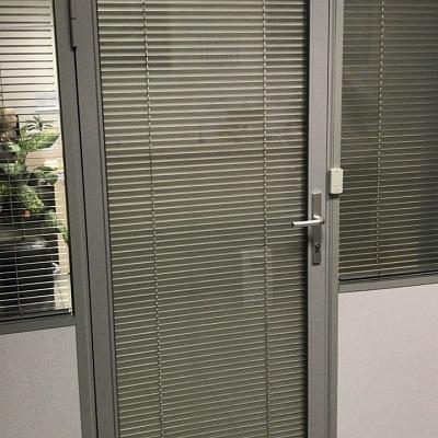 Считыватель карт на офисной двери