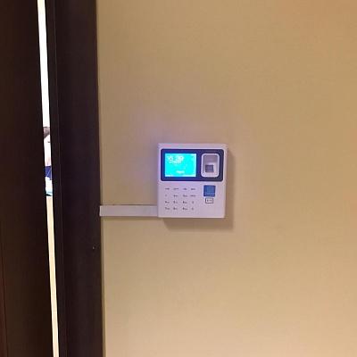 Биометрический терминал у двери