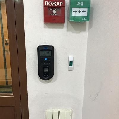 Контроль доступа по отпечаткам на двери